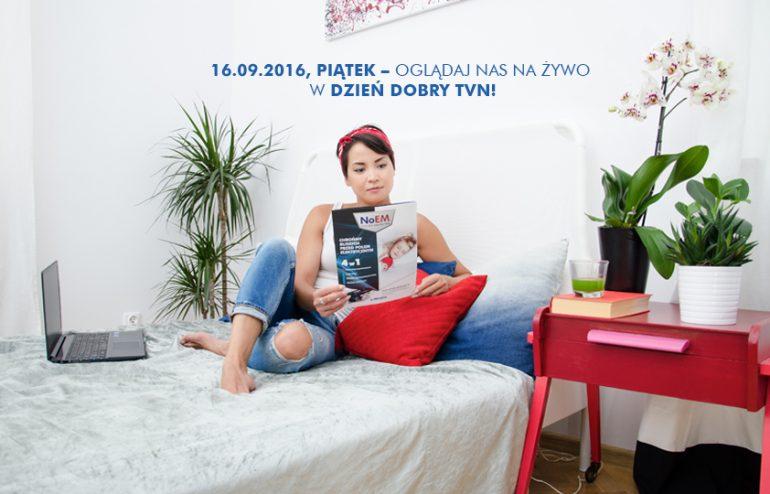 Nowocześnie urządzone wnętrze z młodą kobietą siedzącą na łóżku